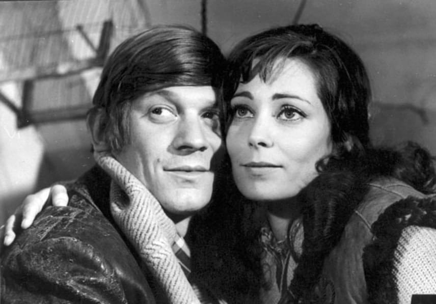 Az Egy óra múlva itt vagyok című, 1971 és 1974 között készült 14 részes, fekete-fehér sorozatban Harsányi Gábor alakította a főszereplő Láng Vincét, míg szerelme, majd felesége, Valkó Veronika bőrébe Venczel Vera bújt.