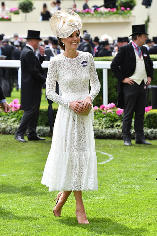 Nem véletlenül tartják igazi stíluskirálynőnek Katalin hercegnét: a tegnapi derbin az olasz divatház egyik kreációját viselte, a különleges ruhához színben hozzá illő kalapot és nude cipőt választott.