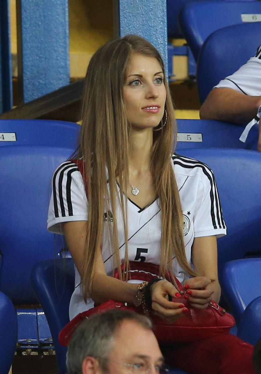 Mats Hummels felesége, Cathy Fischer gyakran feltűnik a stadionok tömegében, és férjéhez is elsőként rohan oda gratulálni a meccsek után.