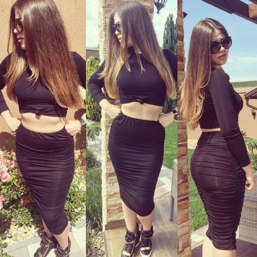 Egy héttel ezelőtt egy szintén testhezálló, fekete ruhában mutatta meg az alakját - formás popsiját nem győzték dicsérni.