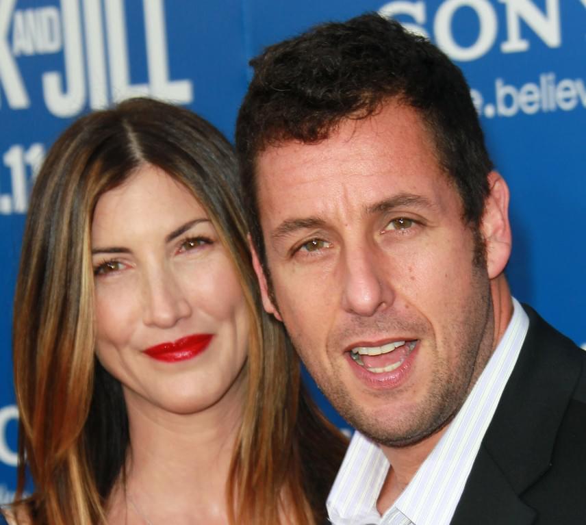 Adam Sandlert sokan támadták akkor, amikor összejött nejével, hiszen nem értették, hogy csúnyácska kinézete ellenére hogyan sikerült egy ilyen szép nőt összeszednie. A színész és Jackie azonban 13 éve boldog, kapcsolatukból pedig két kislány született.