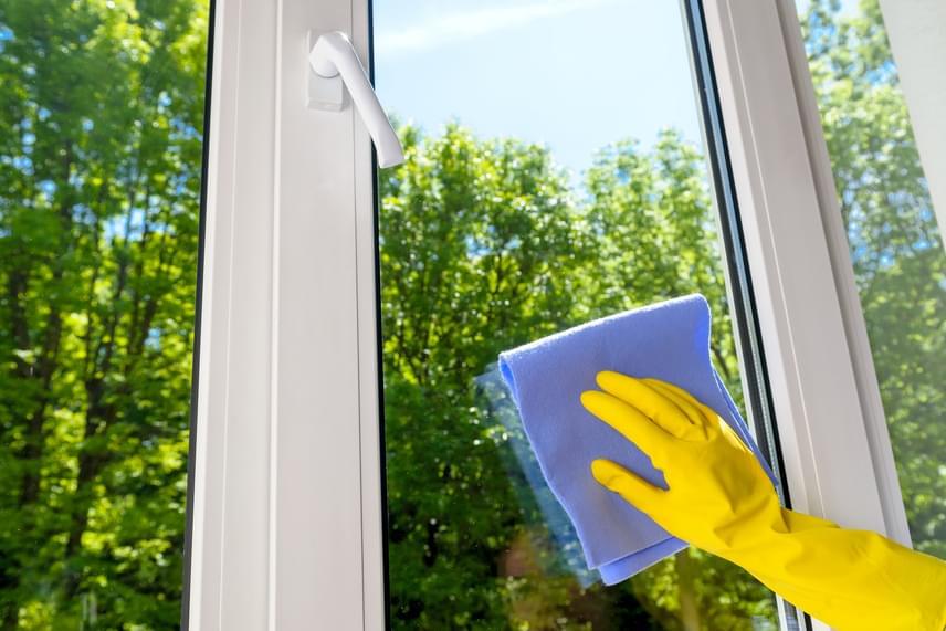 Általános jó tanács, hogy az ablaktisztítást célszerű olyankor végezni, amikor nincs verőfényes napsütés, amit azonban nyáron igen nehéz elkerülni. Mindez azért lenne fontos, mert a nap és a nagy meleg túl gyors száradást eredményez, minek hatására csíkos maradhat a felület. Érdemes ezért nyáron az esti vagy a reggeli órákra időzíteni az ablakpucolást - bár a rovarok szempontjából a reggeli időszak az ideális.