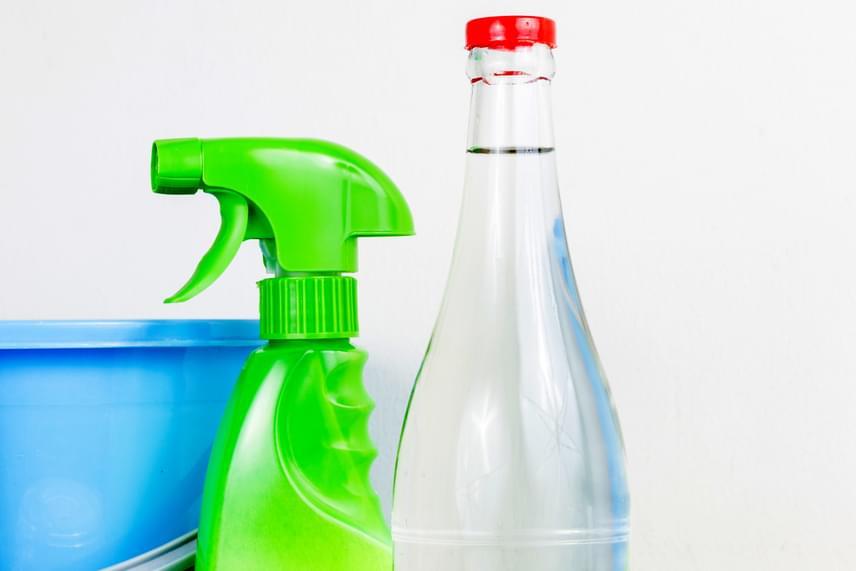 Utóbbiak szempontjából már praktikákkal is érdemes kiegészíteni az ablaktisztítást, ha például ecettel tisztítod meg a felületet, nemcsak ragyogó, tiszta eredményt biztosíthatsz, de az olyan rovarokat is nagyobb valószínűséggel tartod távol, melyek nem kedvelik illatát - ilyenek a szúnyogok, illetve a hangyák is.