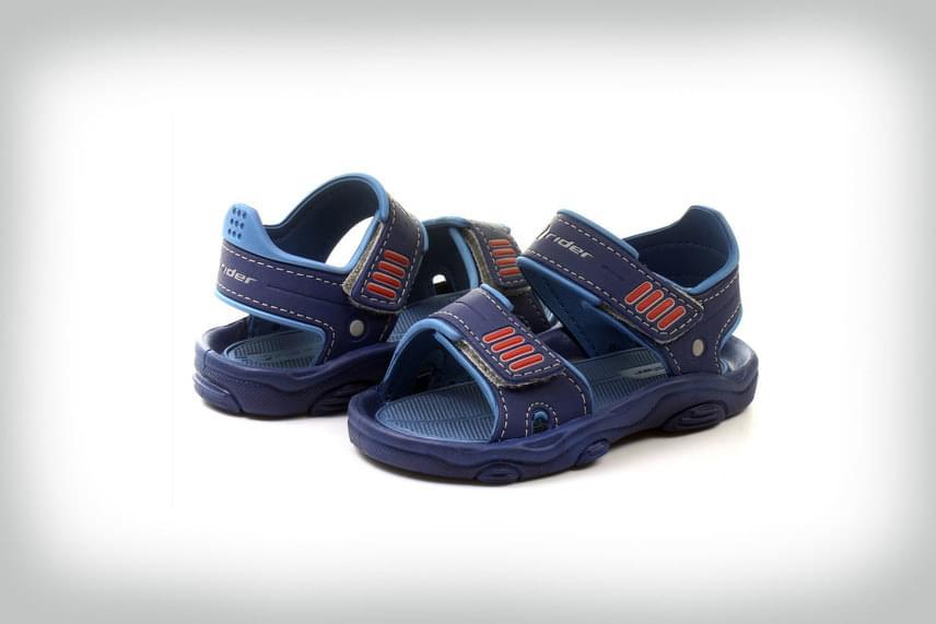 Sötétkék szandál vagány kissrácoknak: tépőzárjai lehetővé teszik a könnyed felvételt, illetve biztosítják a pántok állíthatóságát. A bokát biztosan fogó pánt zavartalan mozgást, önfeledt játékot tesz lehetővé.Rider, 4990 forintMegvásárolható: Office Shoes
