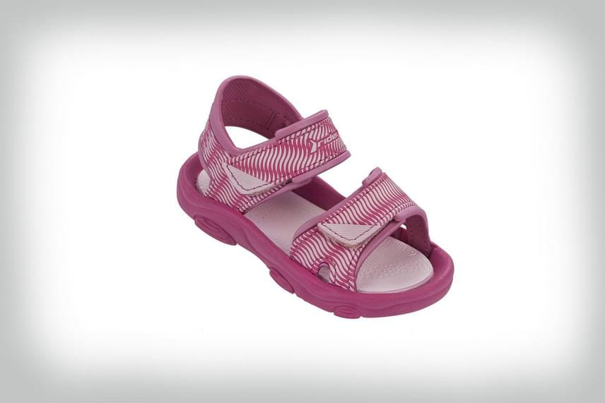 Sportos, mégis csajszis darab ez a rózsaszín szandi, amely nemcsak divatos, de kényelmes, és jól is fogja a tipegő lábat. Remekül szellőzik, a sarkánál is nyitott, praktikus tépőzárakkal ellátva.                         Rider, 4990 forint                         Megvásárolható: Office Shoes