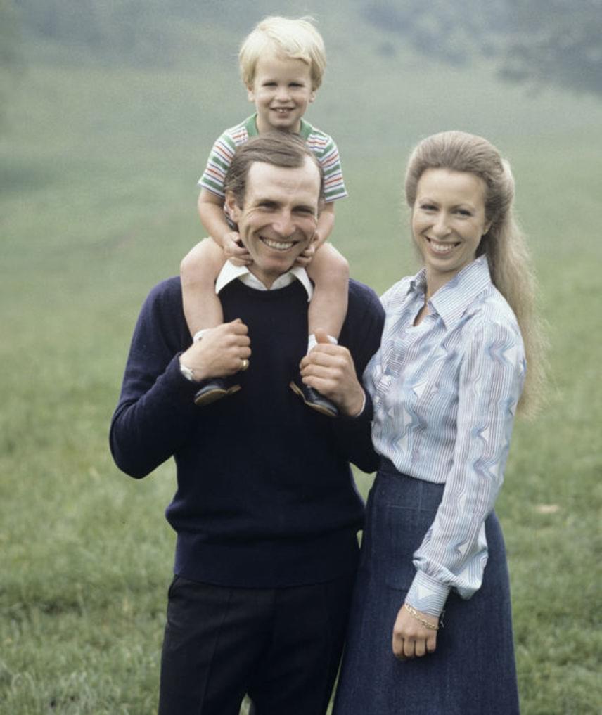 II. Erzsébet lánya, Anna hercegnő 1973-ban kötött házasságot Mark Phillips hadnaggyal, a ceremóniát élőben is közvetítették, becslések szerint világszerte 100 millió nézője volt az adásnak. 1989-ra megromlott a kapcsolatuk: a hercegnő és férje bejelentették, hogy külön akarnak élni, a házasságot azonban végül csak 1992-ben bontották fel.