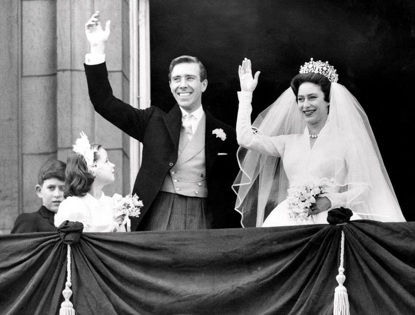 Margit hercegnő még férjnél volt, amikor több férfival is hírbe hozták: úgy tudni, Liz Taylor akkori hitvesével, Eddie Fisherrel évekig titkos szerelmi viszonyt folytattott, ahogy Roddy Llewellynnel is, aki 17 évvel volt fiatalabb a hercegnőnél. Miután egy bulvárlap leleplezte őket, a hercegnő férjével, Antony Armstrong Jones-szal (képünkön) bejelentették, hogy elválnak. Erre 1978-ban került sor.