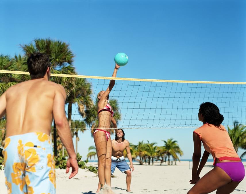 A röplabdázás egy olyan sport, ami minden izmodat megmozgatja, főleg akkor, ha a strand homokjában élvezed. Az ugrások szuperül formálják a fenekedet, a sport maga szórakoztató, ráadásul óránként 500 kalóriát égetsz el vele, így nagyon érdemes kipróbálni.