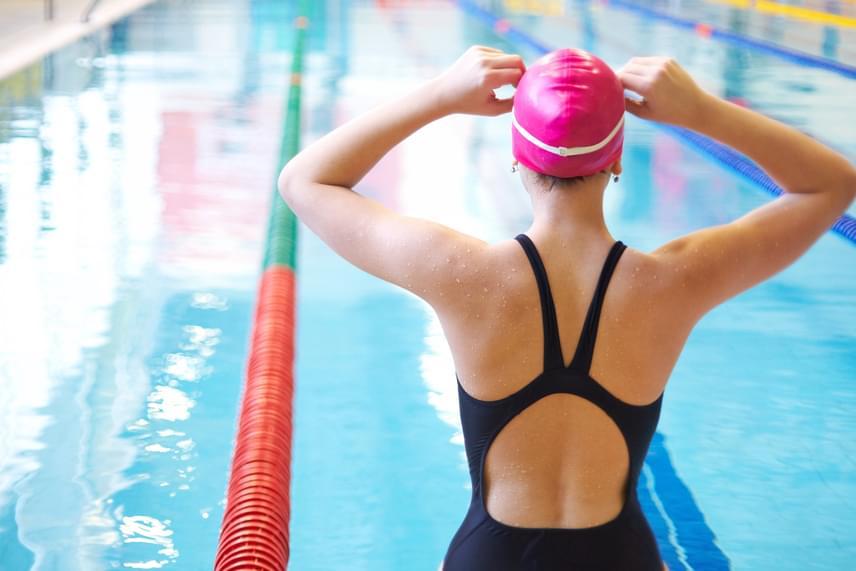 Az úszás szuper sport, ha az alakod formálásáról van szó. Óránként az edzés intenzitásától függően akár 300-480 kalóriát is elégethetsz, anélkül, hogy az ízületeidet terhelnéd. Nem csupán az úszás nagyon jó sport azonban, ha a fogyásról van szó! Az egyszerű vízben való mozgással is rengeteg elérhetsz.