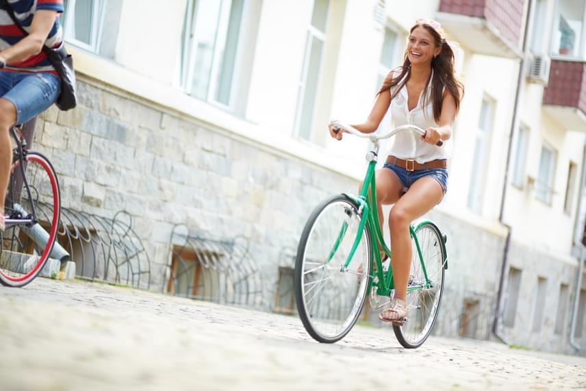 Már azzal is nagyon sokat teszel a testedért, ha az autót nyáron biciklire cseréled, és azzal jársz dolgozni vagy bevásárolni. A könnyű mozgással javul a tartásod, erősödik a vádlid, formásabb lesz a lábad, ráadásul akár 600 kalóriát is elégethetsz óránként, ha intenzíven tekersz.
