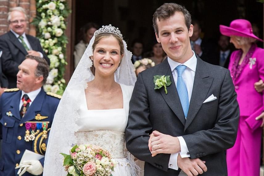 A hercegnő igazán gyönyörű volt a nagy napon: egy belga divattervező, Gérald Wathelet készítette vintázs stílusú menyasszonyi ruháját.