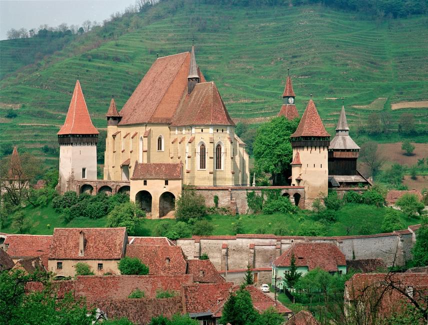 Dél-Erdély, vagy másképp a történelmi Királyföld jellegzetes építészeti emlékei az erődtemplomok, amelyek 1993 óta a világörökségi listában is szerepelnek, méghozzá hét faluval. Ezek egyike Berethalom, amely az erdélyi német anyanyelvű kisebbség, a szász kultúra egyik fontos színtere volt. A vártemplomok időleges védelmet biztosítottak a támadások ellen a XVIII. századig. Különlegességeik még a Speckturmok, vagyis a Szalonnatornyok, amelyek vastag falai között akár egy évig is elálltak az élelmiszerek.