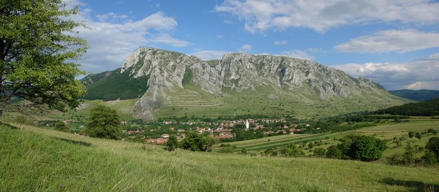 A hegységben található Torockót méltán emlegetik a legszebb falvak egyikeként. A falu mellett magasodó Székelykő sziklái miatt úgy tűnik, mintha a nap kétszer kelne fel és nyugodna le. A páratlan látványon túl a falu a székely hagyományok ápolásáról is híres: házai és népviselete világszerte ismertté tették. 1999-ben a kulturális örökség megőrzéséért megkapta a műemlékvédelmi Europa Nostra-díjat is.