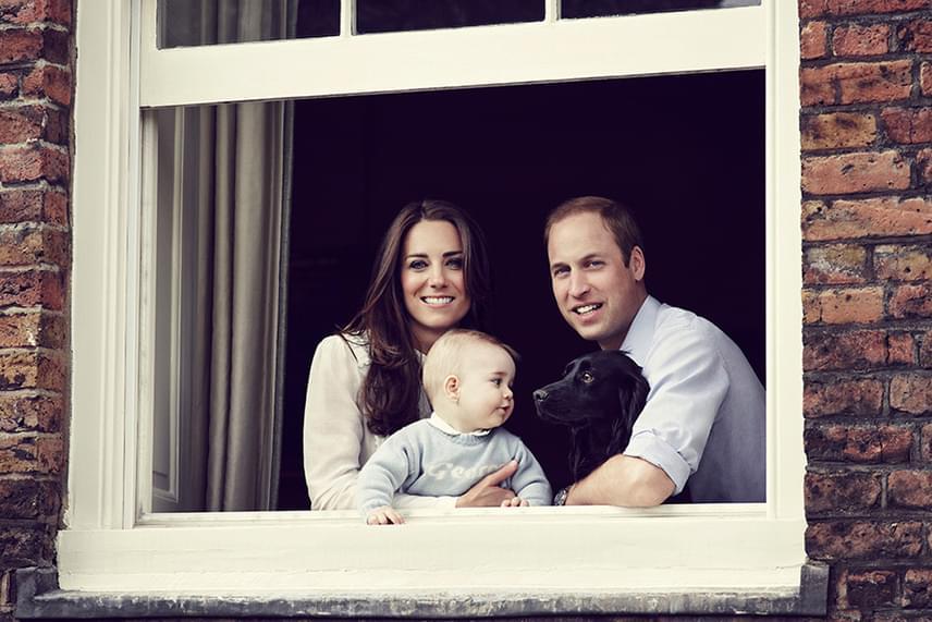 Charlotte még inkább a plüsskutyusával játszik, de György herceg imádja Lupót kergetni a család kertjében. Biztos, hogy az új kutyusért mindketten odáig lesznek.