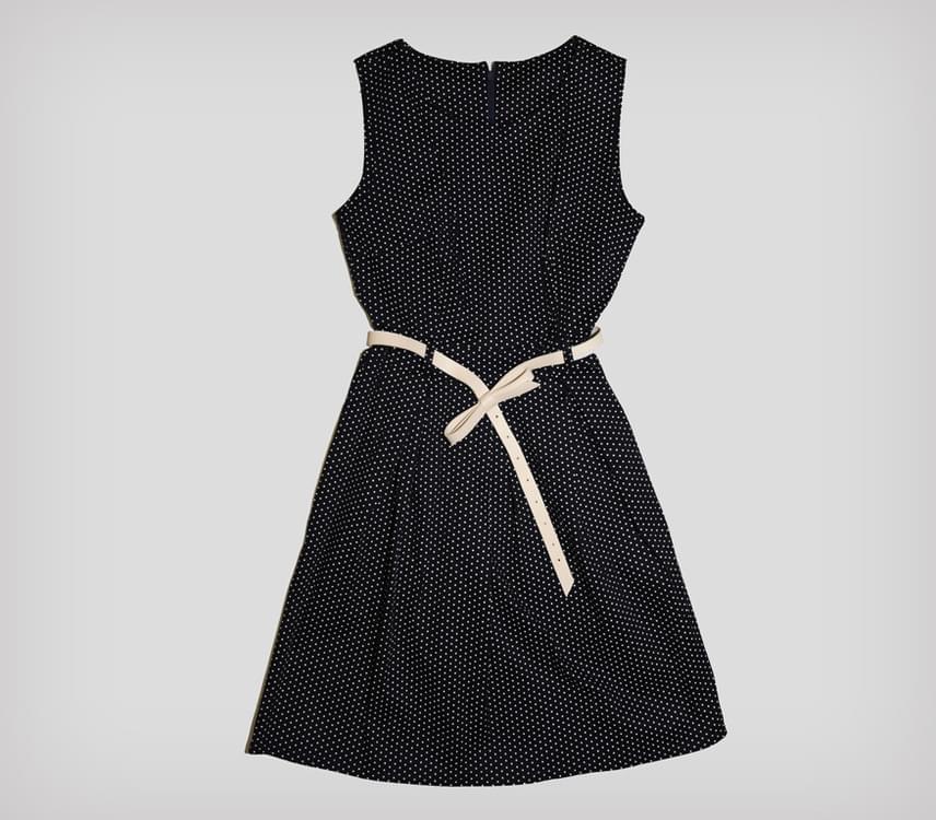 Ez a kis pöttyös ruha szintén a széles csípőt és a nagy popsit rejti el, miközben kiemeli a karcsú derekat. Az AsiaCenterben megtalálod 5000 forintos áron.