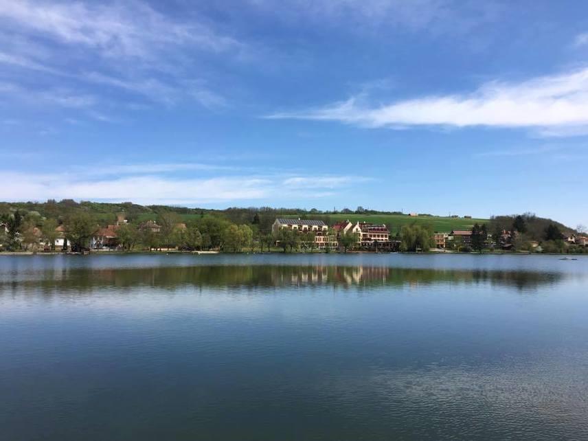 A csodaszép Bánki-tó Nógrád megyében, Bánkon található, nyári hőmérséklete a Balaton vizéhez hasonló. Az északi parton szálloda és strand, a déli oldalon kalandpark és sportpályák találhatóak. A strand nyáron belépővel látogatható, a felnőtt jegy 650 forint, este hét órától, valamint a főszezonon túl viszont szabadon látogatható.