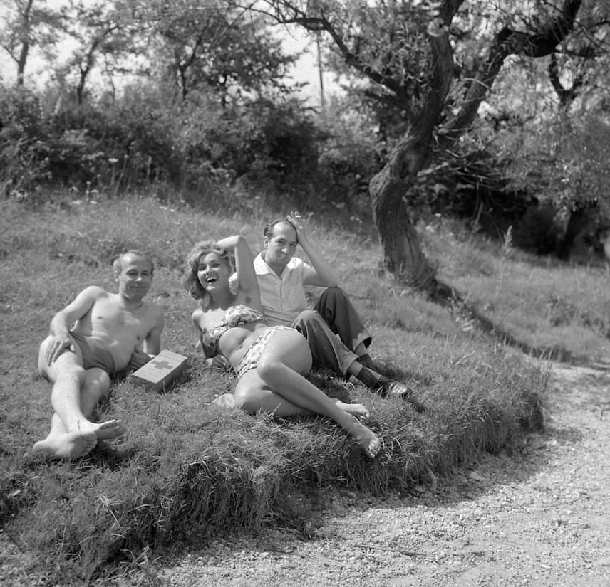 Nem csoda, hogy minden férfi odavolt a '60-as évek egyik legkedveltebb színésznőjéért. A 22 éves Pécsi Ildikóról Az aranyember forgatása közben készült ez a bikinis fotó, Dalos László újságíró és Kotnyek Antal fotós társaságában.