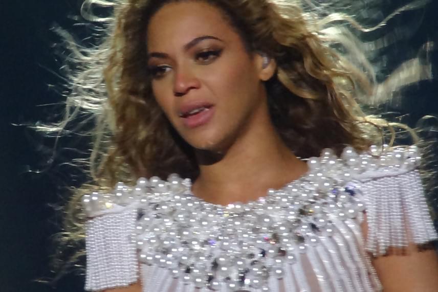 Beyoncé is elsírta magát, miközben a Flaws and Allt énekelte Antwerpenben 2013-ban. Valószínűleg férje hűtlensége állt a háttérben, a dal feltépte a sebeit.