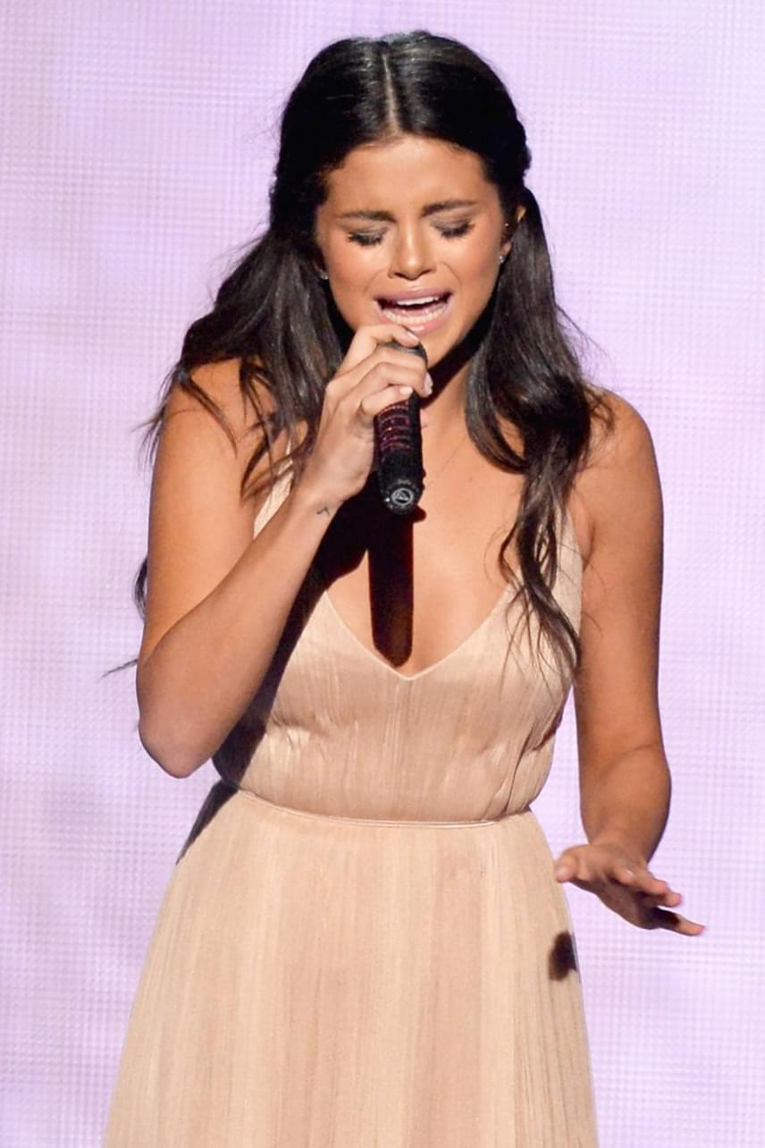 Selena Gomez még nem volt túl a szakításán Justin Bieberrel, amikor a 2014-es American Music Awards díjátadón elénekelte Love Will Remember című dalát. Nem sokáig bírta könnyek nélkül, sírva jött le a színpadról a szám végén.