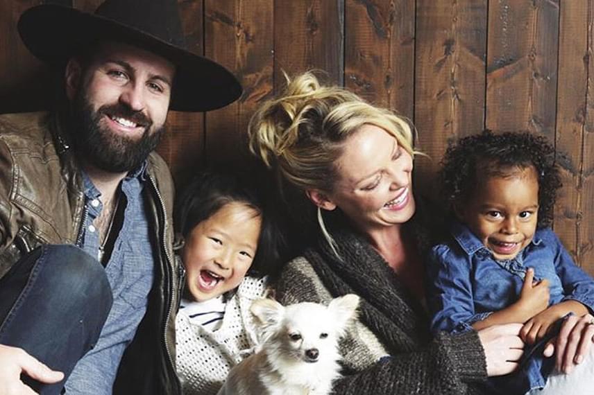 Katherine Heigl és Josh Kelley boldogabbak már nem is lehetnének: adoptált csemetéik mellé újabb baba érkezik a családba.