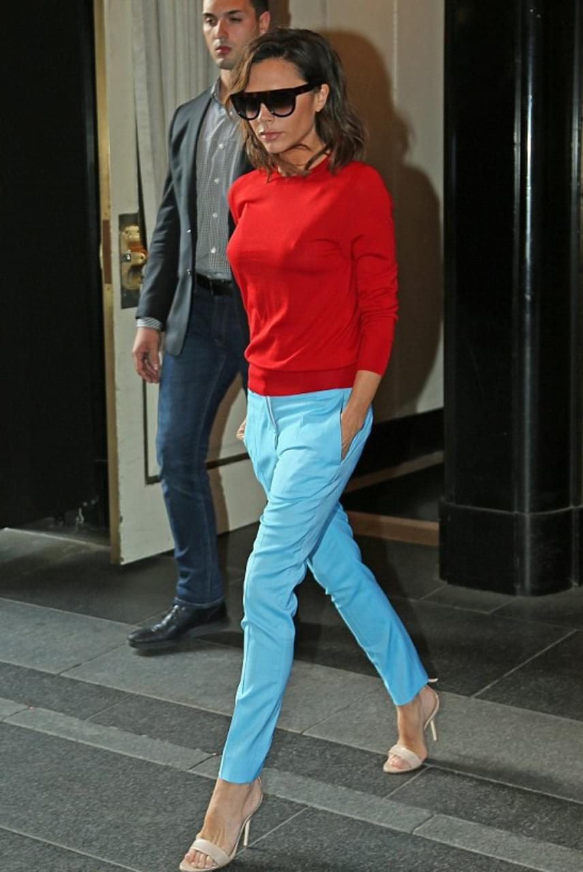 New Yorkban, a hotelből kilépve fotózták le Victoria Beckhamet ebben az élénk színű együttesben. A világoskék nadrág és a tűzpiros felső remekül áll a sztárnak, hordhatna többet ilyen élénk színű holmit.
