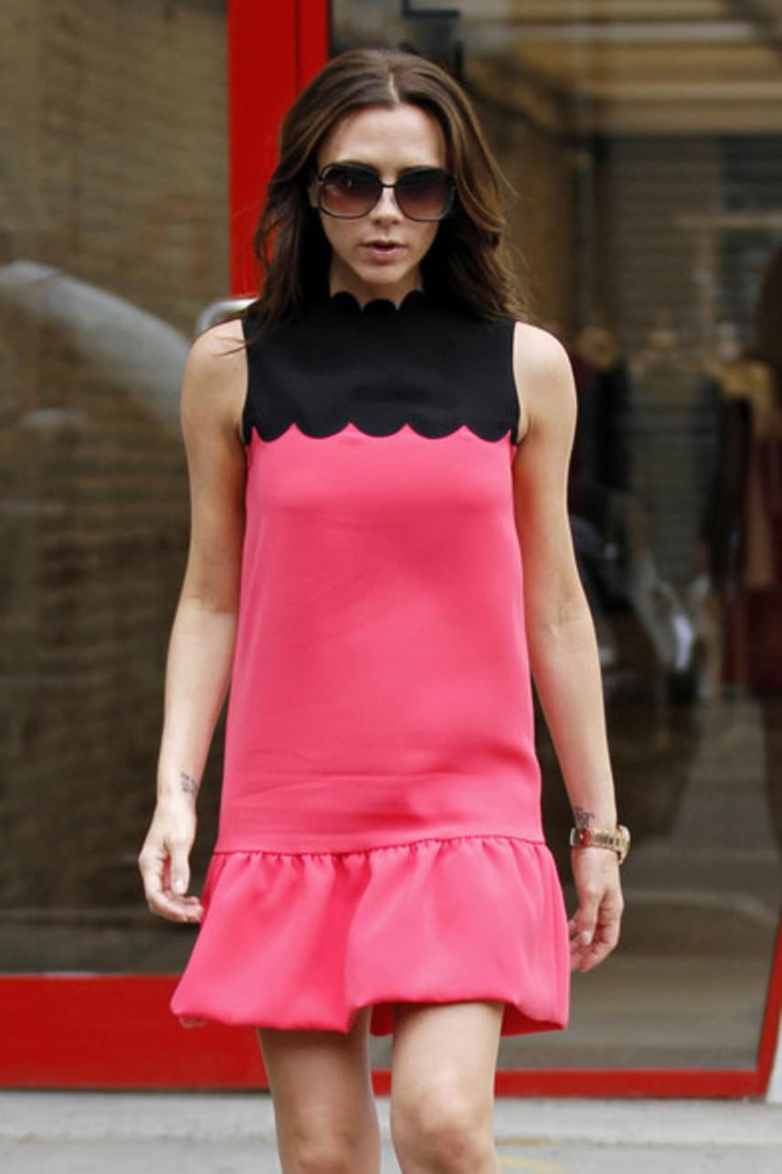 2012-ben ebben a nőies, rózsaszín ruhában fotózták le, ami elég messze áll megszokott - kissé rideg és színvilágában sötét - stílusától.