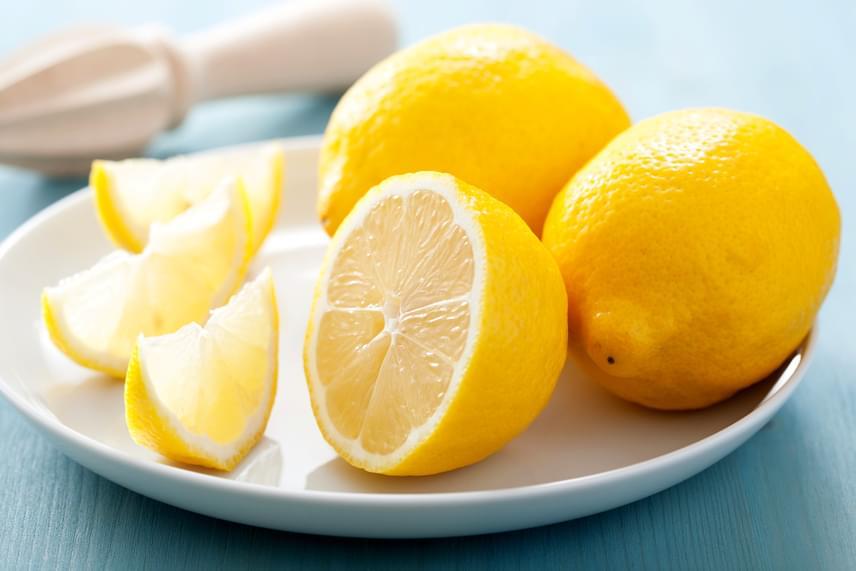 Ha ódzkodsz az ecet szagától, választhatod a citromot is, szintén leszámol a kórokozókkal, ugyanakkor a kellemes illatot is garantálja. Vágj félbe egy citromot, majd az egyik felével dörzsöld át a vágódeszkát, végül ugyanúgy öblítsd le és szárítsd meg, mint az ecet esetében.