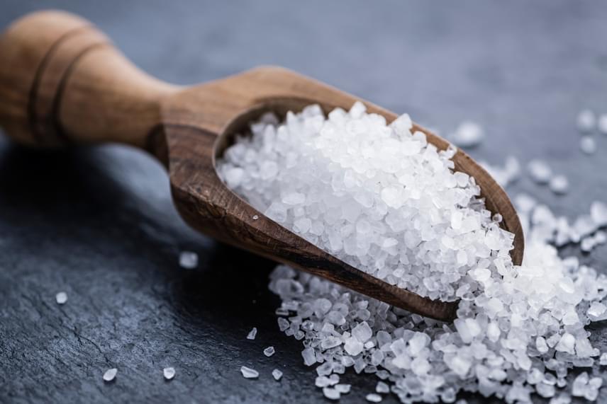Ha nem szeretnél ilyen célra egy citromot elpazarolni, és ecet sincs éppen a kezed ügyében, egyszerű háztartási sót is bevethetsz, amennyiben egy nagyon kevés vizet adsz hozzá, majd pasztaként használva átdörzsölöd vele a deszkát. Ha nagyobb szemű sód van, annál jobb! Végül öblíts és száríts a már jól ismert módon.