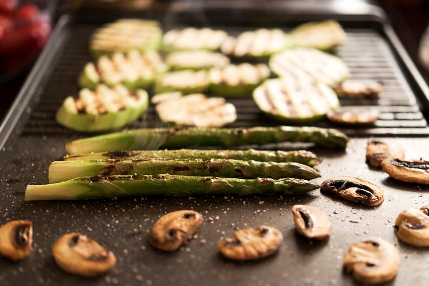 Más eszközöket is érdemes használni a tűzhely és a sütő kiváltására, például elektromos grillsütőt vagy éppen a szendvicssütőt, ha hússütésre alkalmas, cserélhető betét is tartozik hozzá.