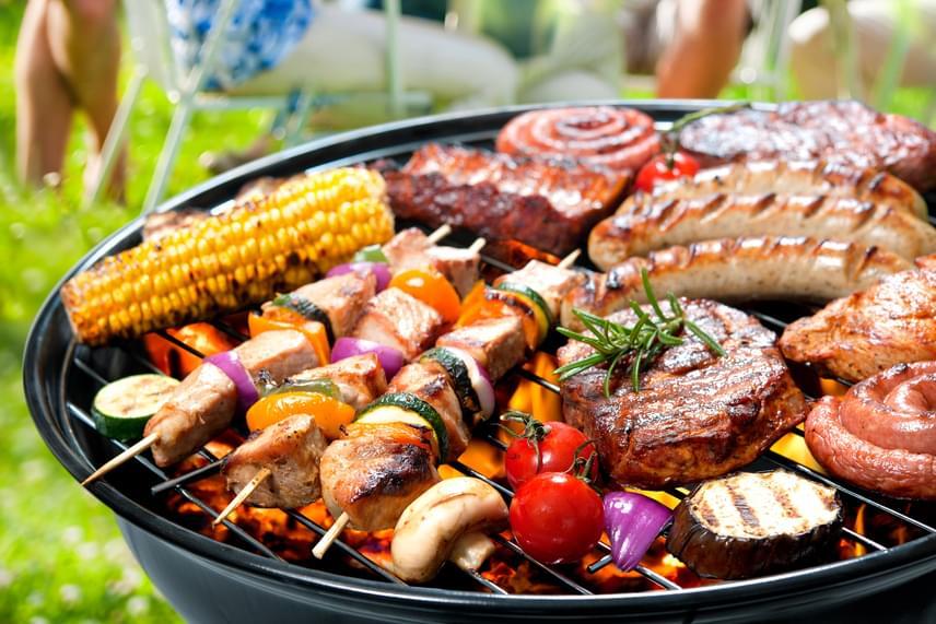 Ha van kerted és grillsütőd, itt az ideje használatba venni a lehető legtöbb alkalommal - amellett, hogy a kinti grillezésnek megvan a hangulata, a konyha is hűvösebb maradhat általa.