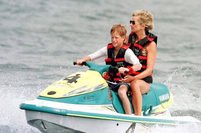 Diana imádta a vizet, és gyakran töltötte idejét jachtokon. 19 évvel ezelőtt azt is bevállalta, hogy Harry herceggel menjen egy kört a jet-skivel.