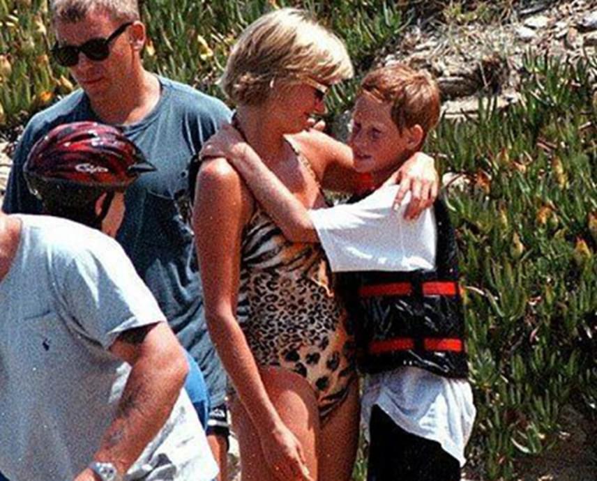 Diana 1997. augusztus 31-én veszítette életét egy párizsi autóbalesetben. Pár héttel a szörnyű tragédia előtt akkori szerelme, Dodi villájában nyaralt a gyerekekkel. A fotón kisebbik fiát, a 13 éves Harry herceget öleli.