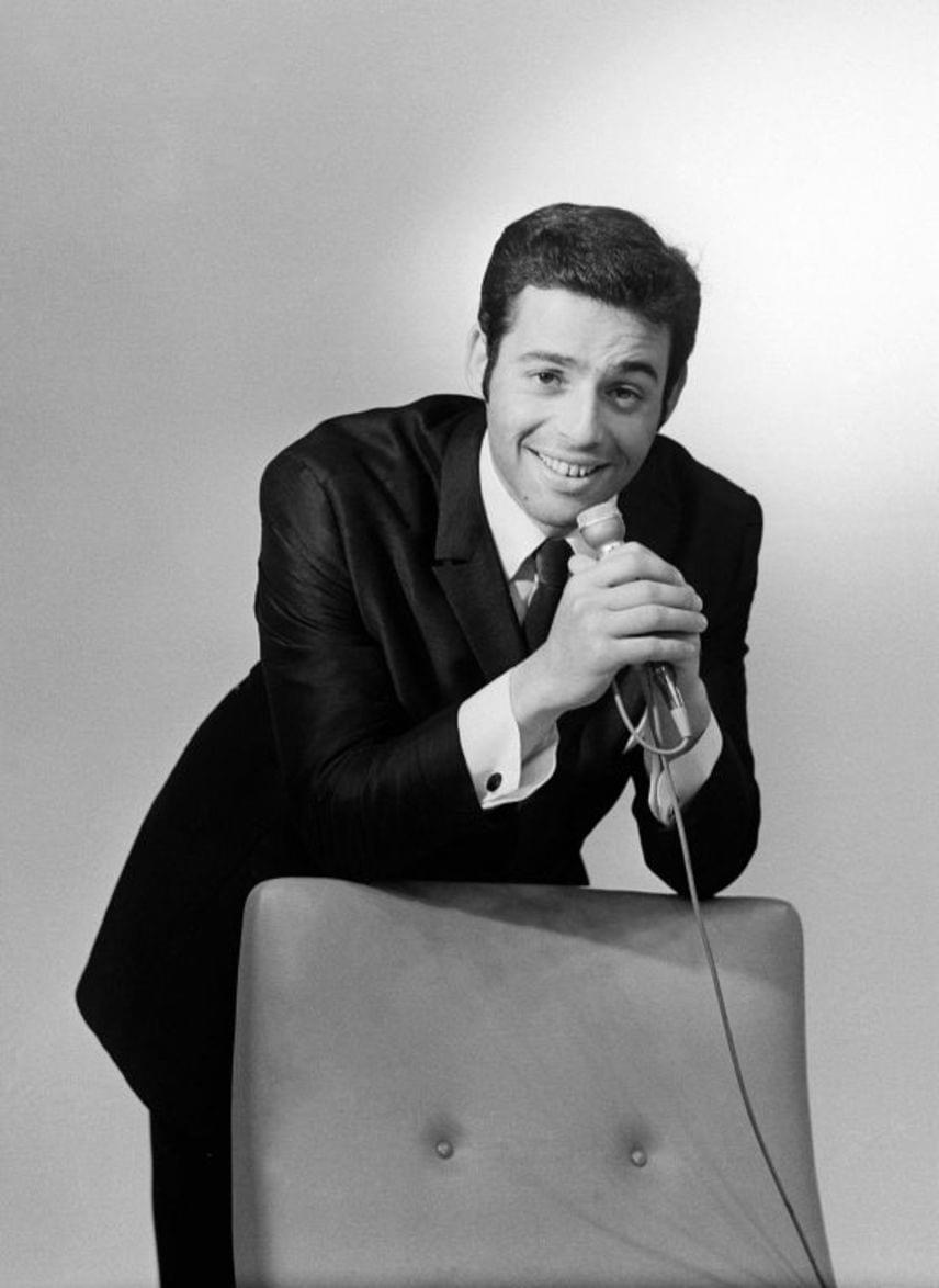 Szécsi Pál mindössze 23 éves volt, amikor 1967-ben, a Táncdalfesztiválon második helyezést ért el a Csak egy tánc volt című dalával. Ezt követően beindult a karrierje, olyan slágereket adott a rajongóknak, mint az Egy szál harangvirág, a Gedeon bácsi, az Én édes Katinkám vagy a Szeretni bolondulásig. Ám nehezen viselte a népszerűséget, nagy szerelme, Domján Edit öngyilkosságáért is önmagát okolta. Többször próbálta megölni magát, 1974-ben, 30 éves korában érte a szomorú vég.