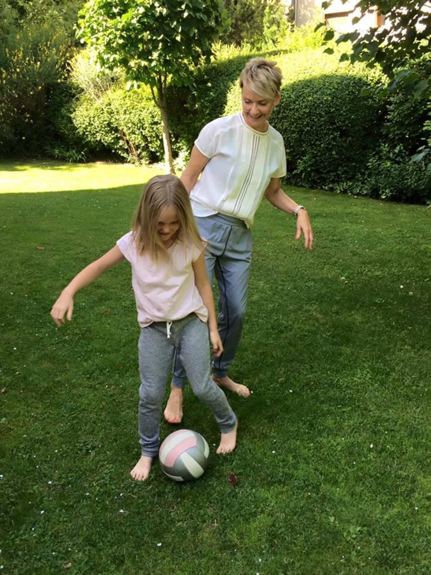 Jakupcsek Gabriella a magyar-belga meccset felnőttek társaságában nézte, de a magyar-portugál előtt kislányával, a hétéves Emmával focizott.