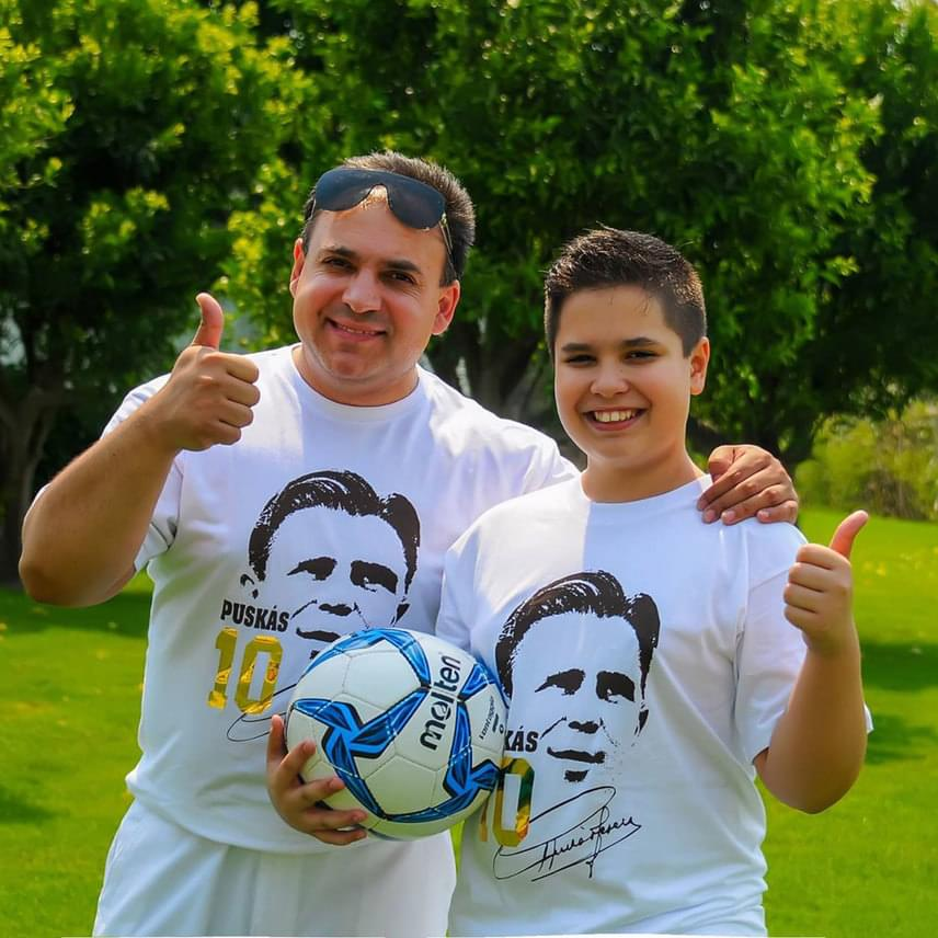 Mága Zoltán hegedűművész fiával, a kis Zolikával egyenpólóban drukkolt a toulouse-i stadionban pályára lépő magyar focistáknak.