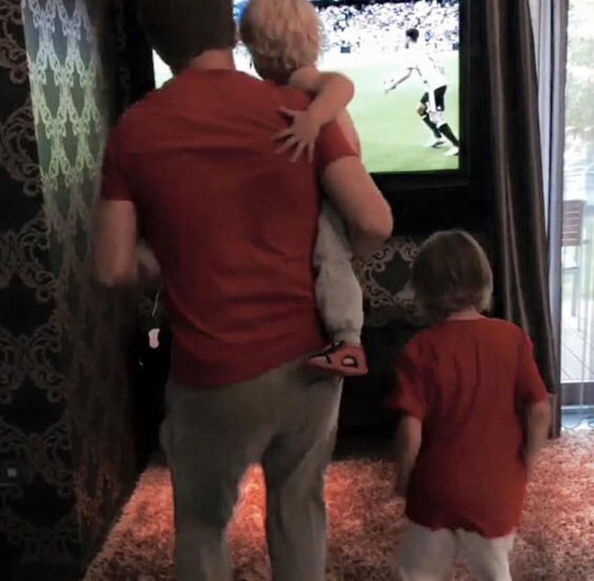 Sebestyén Balázs két kisfiával, a hat és fél éves Benettel és a másfél éve Noellel szurkolt a magyar válogatottnak.
