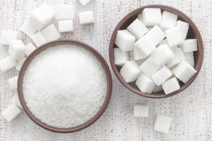 A fehér kenyér még semmi a finomított cukorhoz képest, az ugyanis tömény szénhidrát, és abból is a rosszabbik fajta. A fogyókúra során érdemes nagyon visszafogni a fogyasztását, legyen szó barna cukorról, mézről vagy szirupról. Kivétel ez alól a nyírfacukor, ugyanis ez alacsonyabb glikémiás indexe miatt több étrendben elfér, ám szénhidráttartalma ennek is roppant magas!