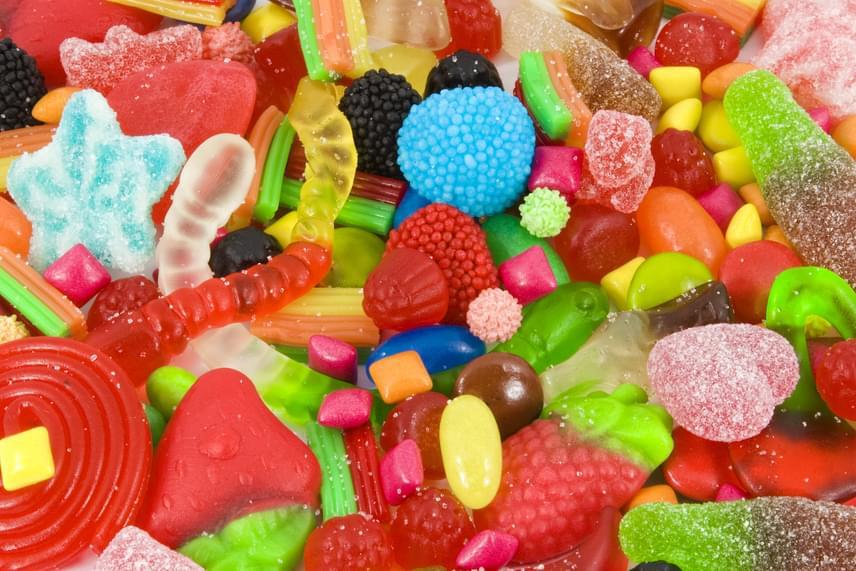 Noha azt gondolnád, nemcsak cukrot tartalmaznak, a gumicukrok és más édességek szinte csak különböző cukorfajtákból, azaz szénhidrátokból állnak. 98%-os tartalmuk miatt érdemes elsőként leszámolni velük, ha fogyni szeretnél.