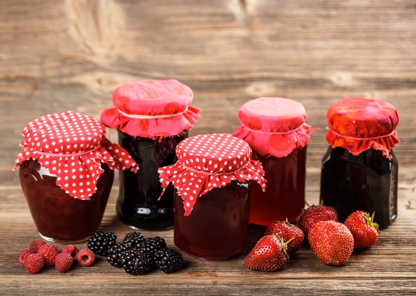 100 gramm lekvárban mintegy 70 gramm szénhidrát van, ami részben a gyümölcsök cukortartalmából, részben pedig a hozzáadott mennyiségből származik. Éppen emiatt a fogyókúra során nagyon érdemes friss gyümölcsre cserélni a lekvárokat és kompótokat.