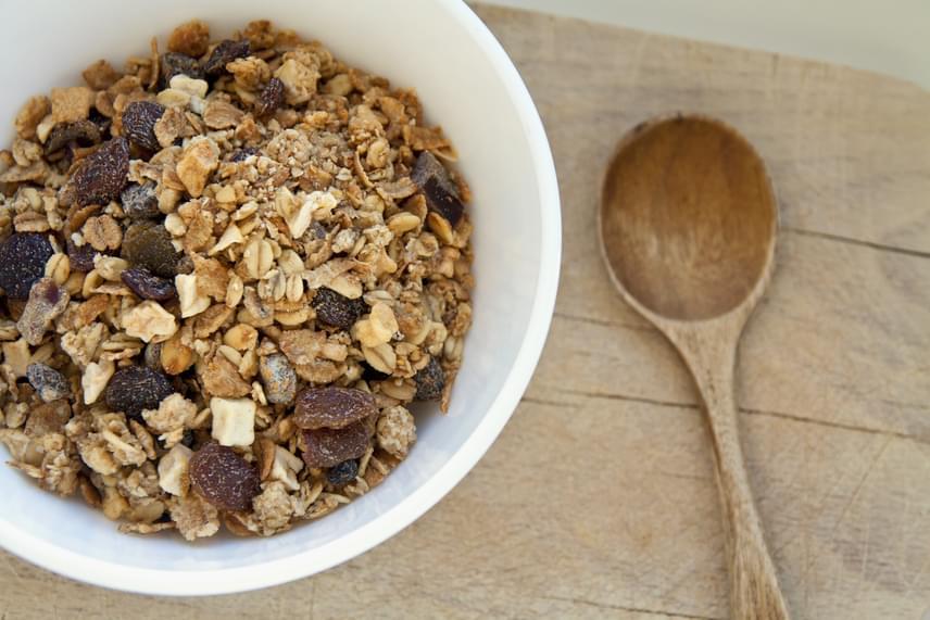 A bolti müzlik és gabonapelyhek mintegy 90%-a szénhidrát, ám nem a jobbik fajta. Ezeket az élelmiszereket ugyanis hiába tüntetik fel egészségesként a gyártók, rengeteg cukrot tartalmaznak. Próbáld ki inkább a zabpelyhet friss gyümölcsökkel, keserű csokival és joghurttal!