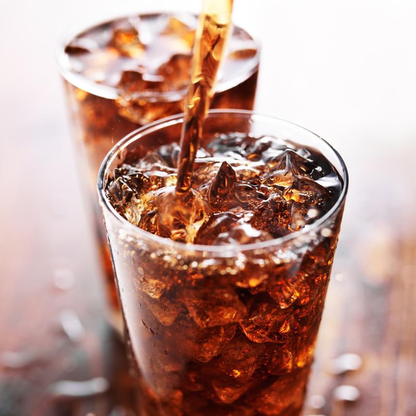 A cukros üdítők - például a kóla - hiába folyadékok, mégis 10-15% szénhidrátot tartalmaznak, ami nagyon soknak számít. Nemcsak a szénsavas frissítőket érdemes azonban kerülni, hanem a cukrozott gyümölcsleveket is, amelyeket a diéta alatt jó, ha fogyasztó vizekre, sima vízre vagy zöld teára cserélsz.