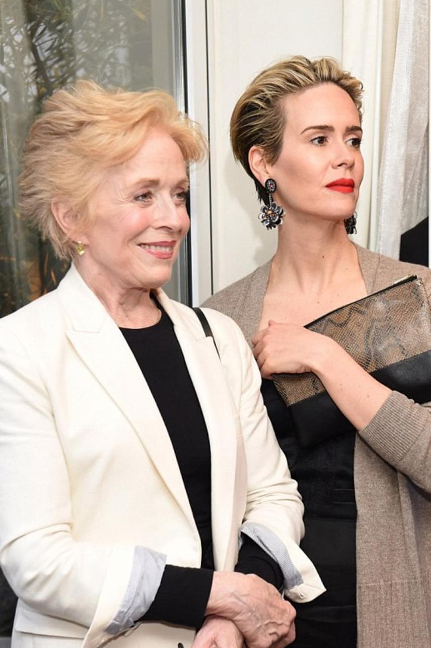 Egy Los Angelesben rendezett jótékonysági gálára érkezett együtt a pár. Holland Taylor és Sarah Paulson össze is öltöztek: mindketten fekete ruhába és világos színű blézerbe bújtak az eseményre.