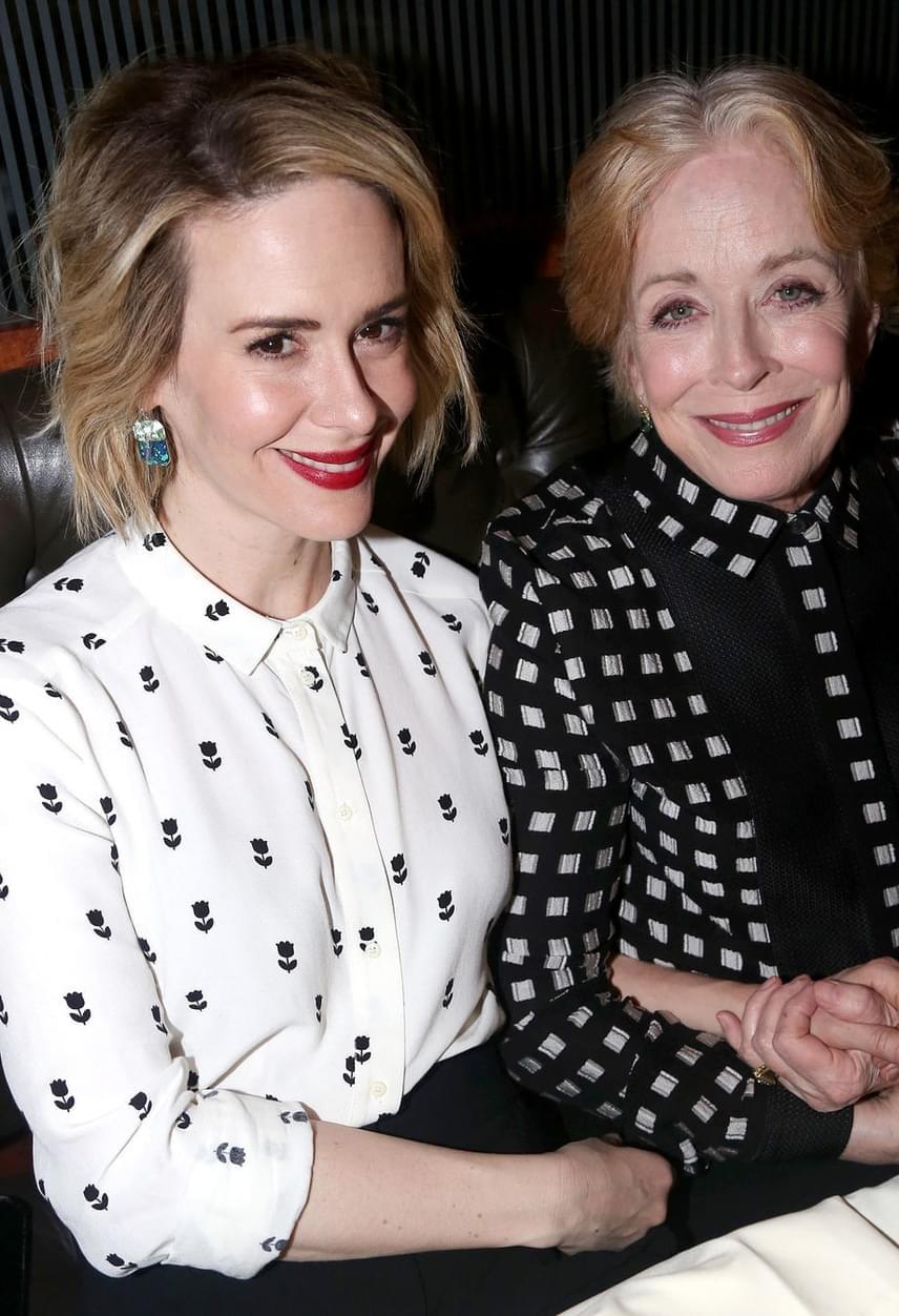 A pár románca szintén egy gálán kezdődött: le sem lehetett vakarni Holland Taylor mosolyát, miután megismerte Sarah Paulsont a decemberi jótékonysági eseményen.