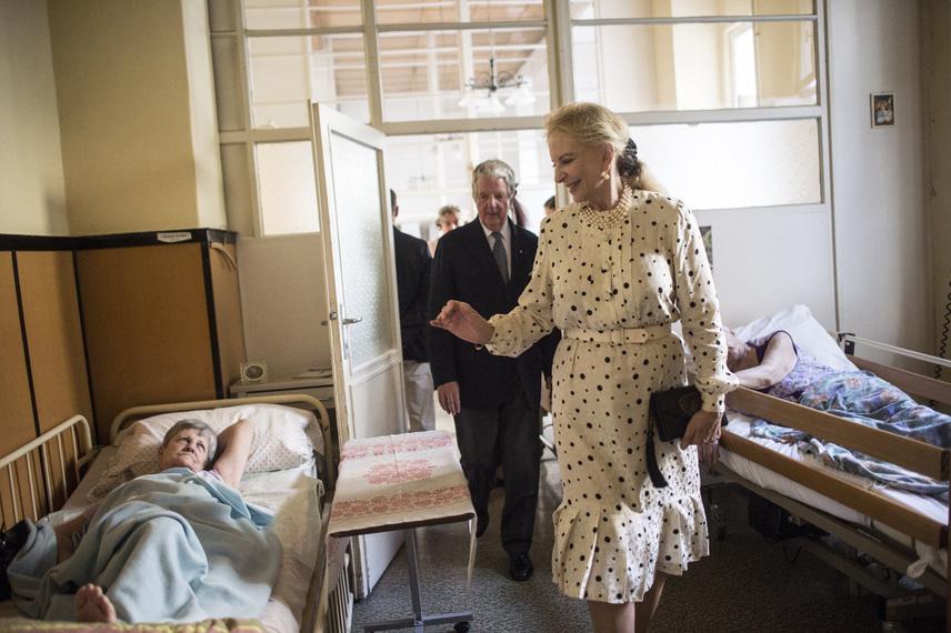 Alexandra hercegné hatalmas mosollyal üdvözölte a Máltai Szeretetszolgálat idősotthonának szépkorú tagjait, és jó egészséget kívánt nekik.