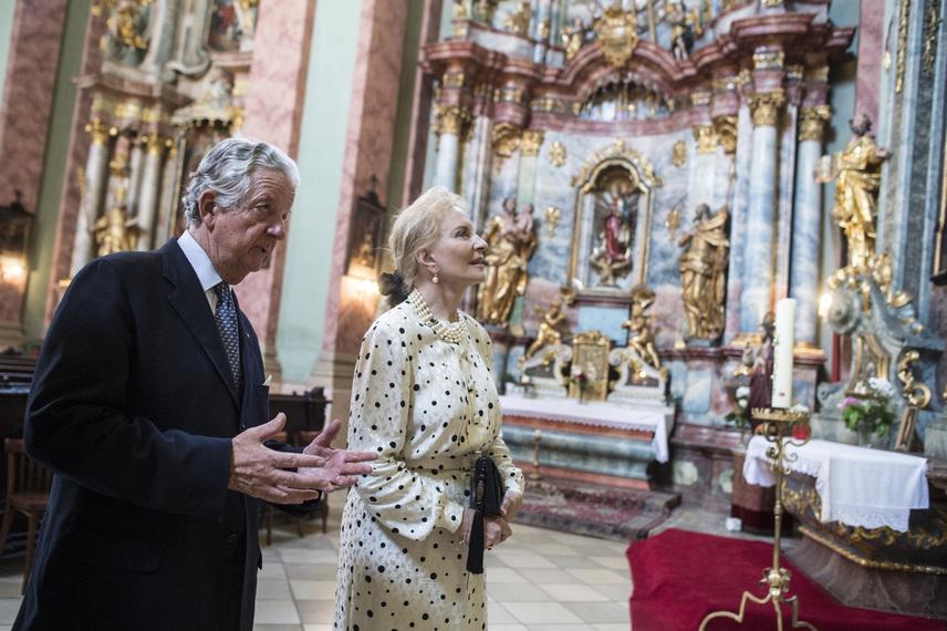Természetesen az intézmény templomába is látogatást tett kísérője, Habsburg-Lotharingiai Mihály főherceg társaságában.