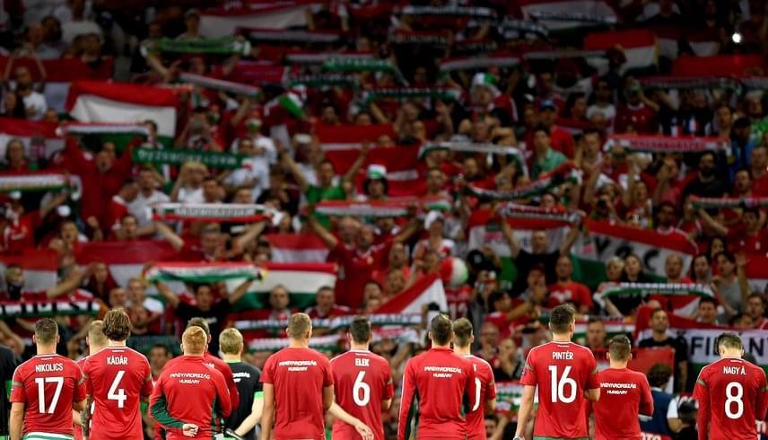 A szurkolók a Himnuszt éneklik a játékosokkal a belga meccs után.