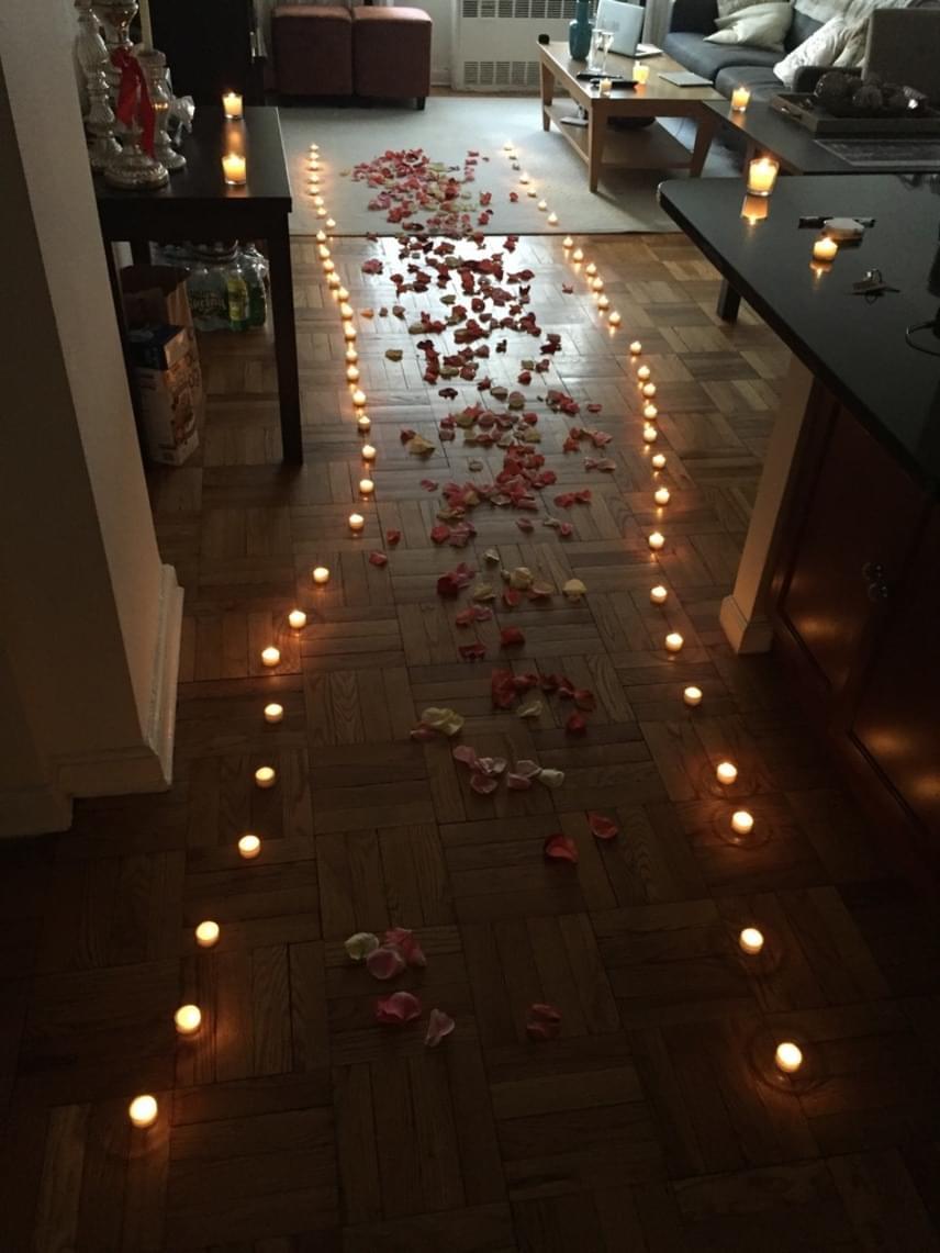 Egy másik lánykérő sem volt rest az előkészületekben: gyertyákból és rózsaszirmokból rakta ki a nappali felé vezető utat, ahol valószínűleg el is hangzott a nagy kérdés.
