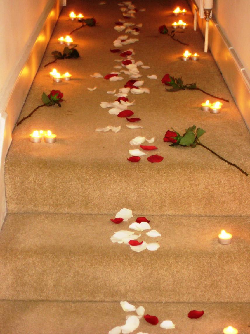 A gyertyafénnyel beragyogott út a felfelé vezető lépcsőn is mesésen mutat: a nő, aki ezt meglátta, valószínűleg elolvadt ettől a romantikus ötlettől.