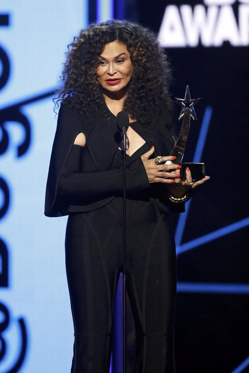 Beyoncénak az előadása után azonnal el kellett sietnie, így édesanyja, a szexis feketébe bújt Tina Knowles vette át helyette a legjobb videoklipnek járó díjat az énekesnő Formation című daláért.