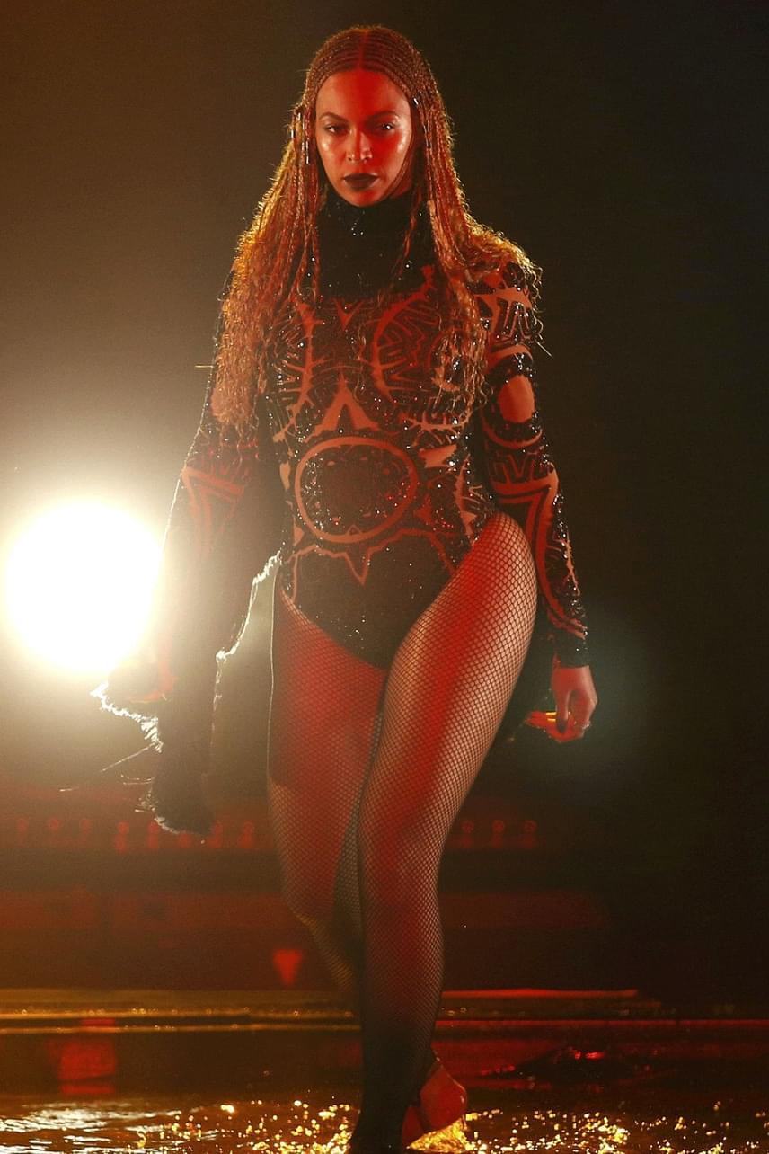 Beyoncé is átlátszóban állt színpadra: fantasztikus show-t csinált, amikor teli torokból énekelte a közönségnek Freedom című számát.